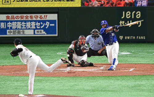 巨人対中日 3回表中日無死二塁、中前適時打を放つビシエド。投手堀岡(撮影・鈴木みどり)