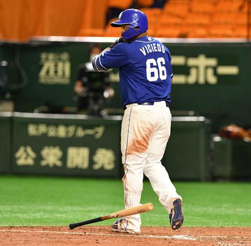 巨人対中日 5回表中日2死一塁、ビシエドは左越え2点本塁打を放ちバットをたたき付ける(撮影・滝沢徹郎)