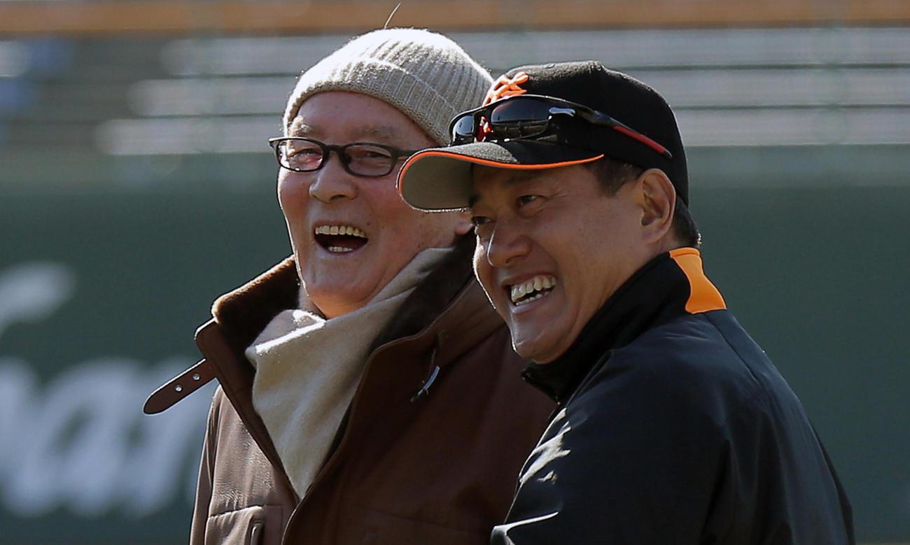 15年2月、巨人長嶋終身名誉監督(左)と笑顔を見せる原監督