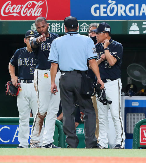 西武対オリックス 2回表オリックス2死二塁、本塁でアウトとなり警告を受けた二塁走者ロドリゲス(左)は審判団に抗議する。右は西村監督(撮影・足立雅史)
