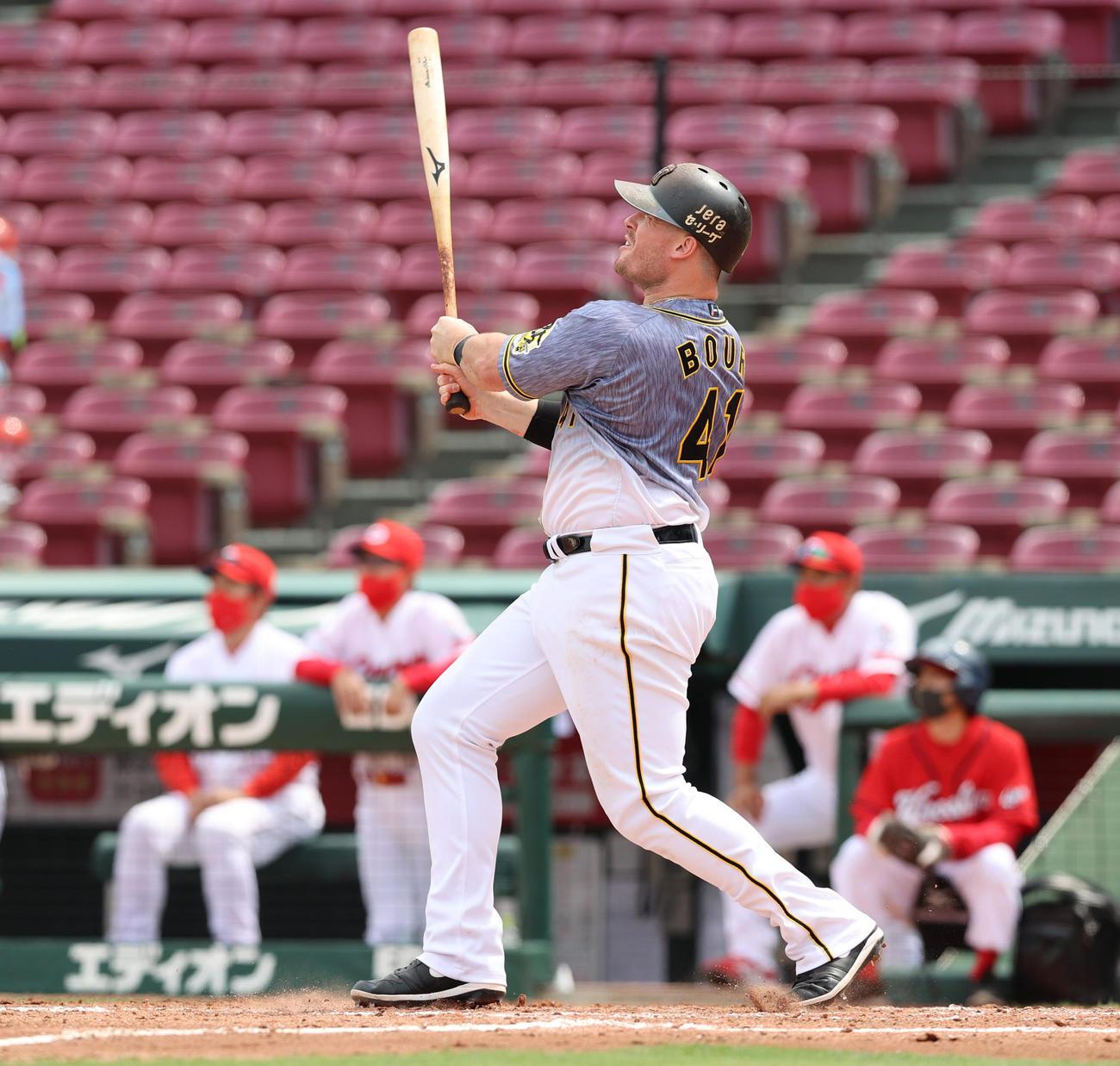 3回表阪神2死満塁、右越えの勝ち越し満塁本塁打を放つジャスティン・ボーア(撮影・清水貴仁)