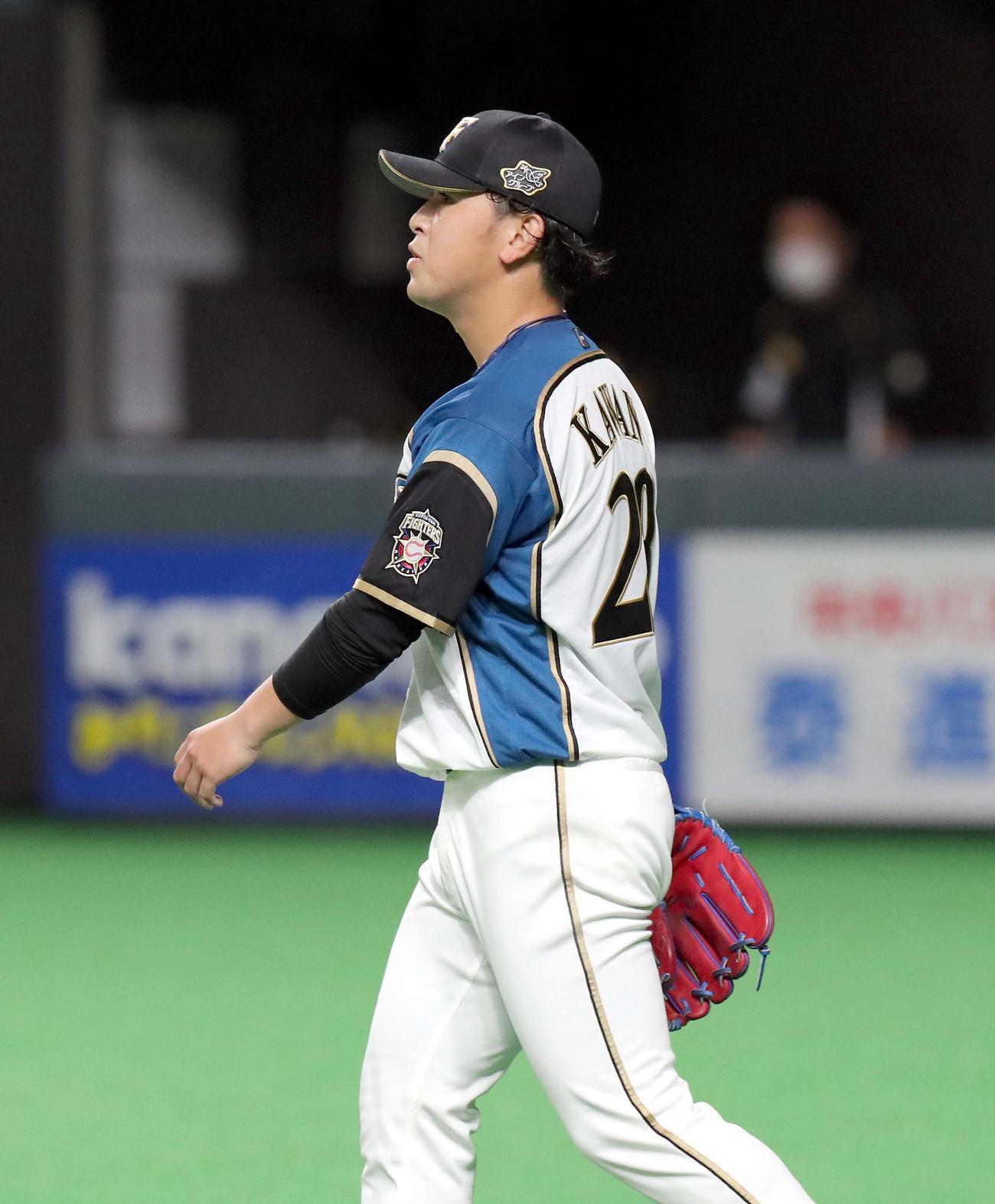 日本ハム対ソフトバンク 3回表ソフトバンク1死一、二塁、バレンティンに同点となる適時二塁打を打たれる日本ハム河野(撮影・佐藤翔太)