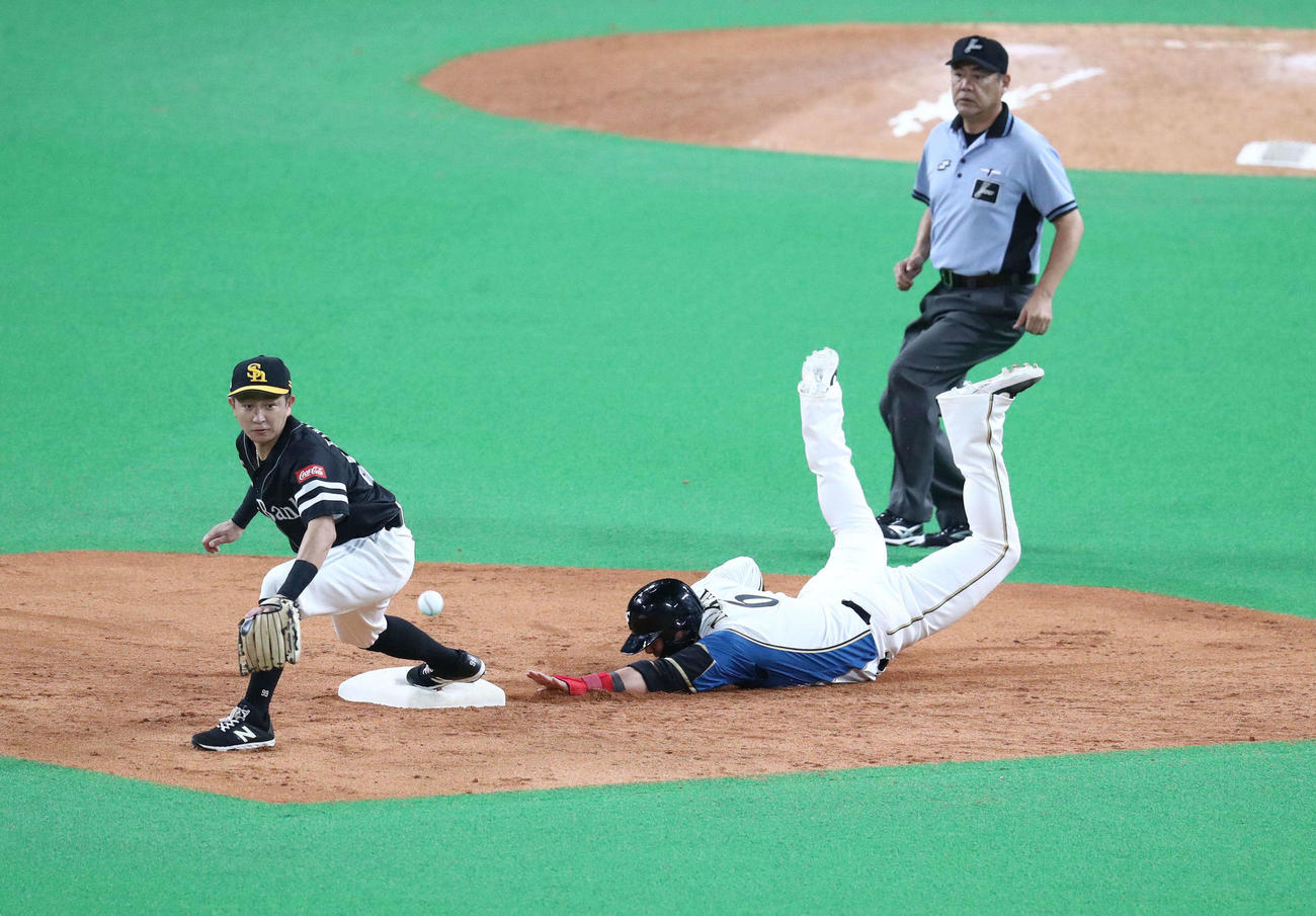 日本ハム対ソフトバンク 5回裏日本ハム無死一、二塁、大田の中飛で二塁走者の中田が二塁に戻ろうとするも転倒し左膝を痛める(撮影・黒川智章)