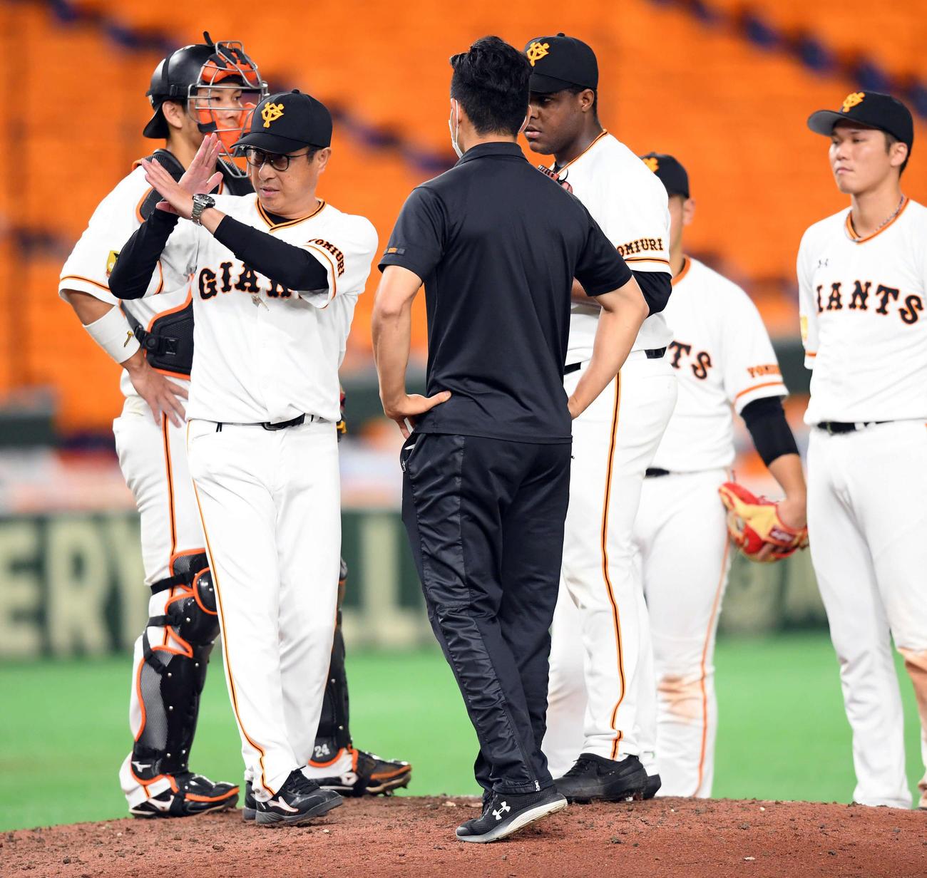 20年7月5日 宮本和知コーチが「×マーク」を出して交代した巨人デラロサ