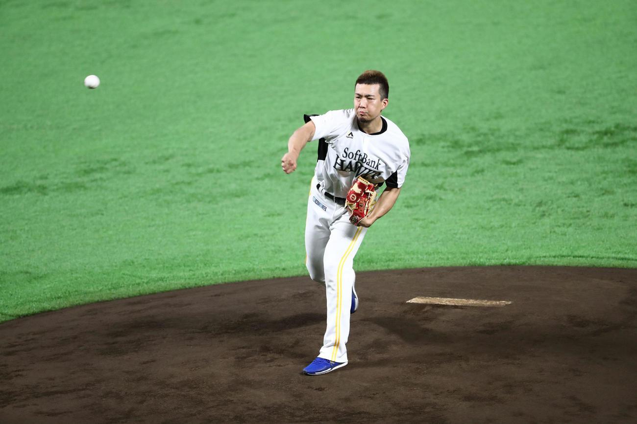 マウンドで投球する千賀滉大(撮影・梅根麻紀)
