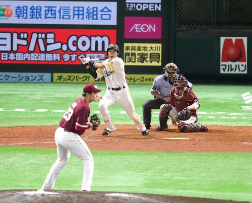 ソフトバンク対楽天 5回裏ソフトバンク無死二塁、柳田悠岐は中前に勝ち越し適時打を放つ(撮影・梅根麻紀)