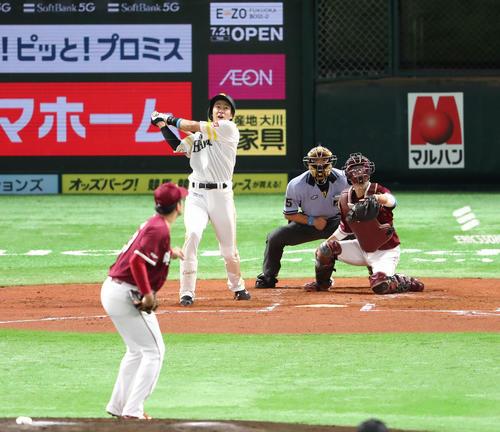 ソフトバンク対楽天 1回裏ソフトバンク1死一塁、柳田悠岐は左越えに同点となる2点本塁打を放つ(撮影・梅根麻紀