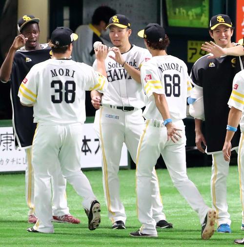 ソフトバンク対楽天 勝利投手となった千賀(中央)は森からウイニングボールを受け取る(撮影・梅根麻紀)