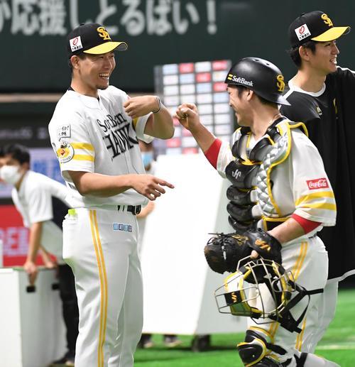 ソフトバンク対楽天 今季初勝利を挙げた千賀滉大(左)は笑顔で捕手の甲斐拓也を迎える(撮影・今浪浩三)