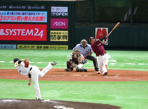 ソフトバンク対楽天 3回表楽天1死、浅村栄斗は左越えに同点本塁打を放つ(撮影・梅根麻紀)