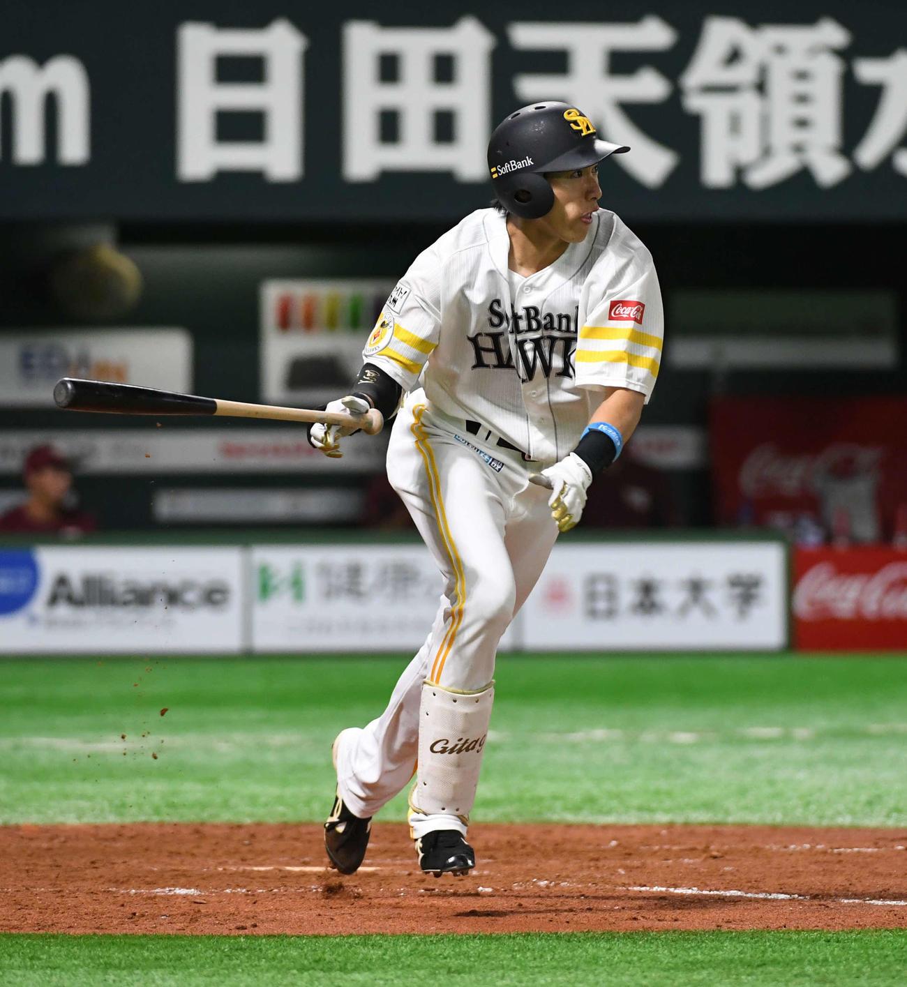 ソフトバンク対楽天 5回裏ソフトバンク無死二塁、柳田は中前に勝ち越し適時打を放つ(撮影・今浪浩三)