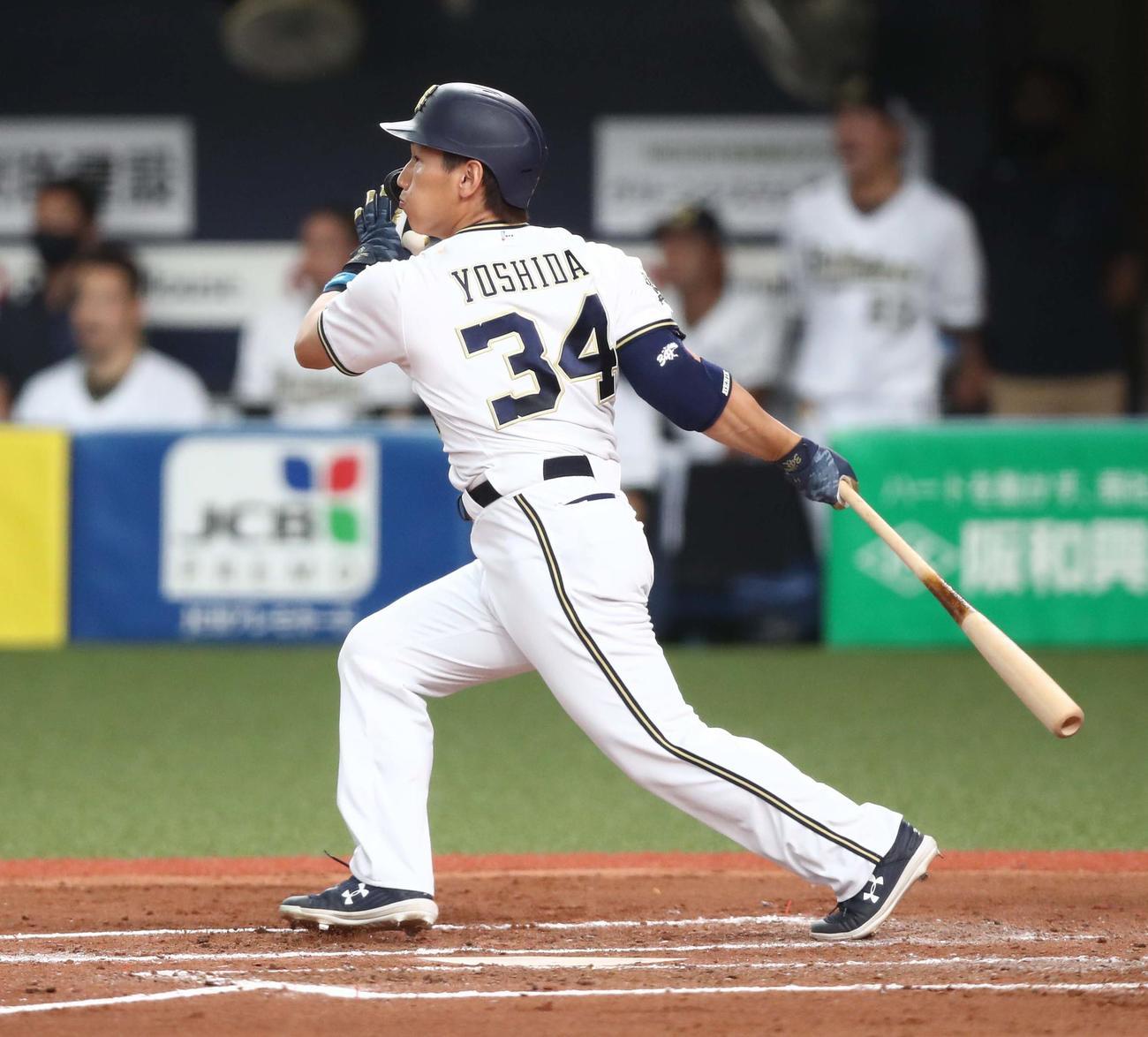 オリックス対日本ハム 7回裏オリックス2死一塁、右中間に2点本塁打を放つ吉田正(撮影・黒川智章)