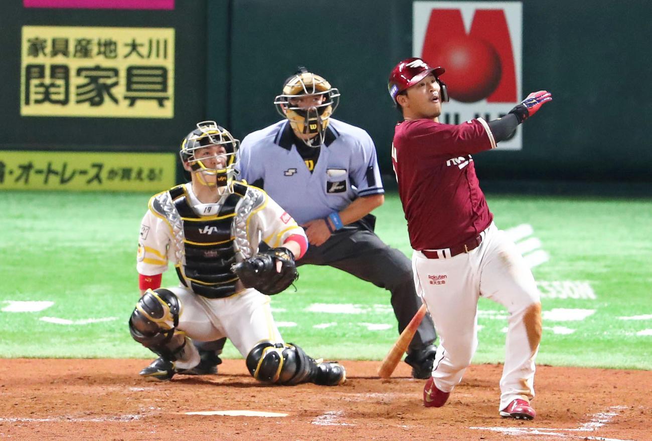 ソフトバンク対楽天 3回表楽天1死、左越え本塁打を放つ浅村(撮影・梅根麻紀)