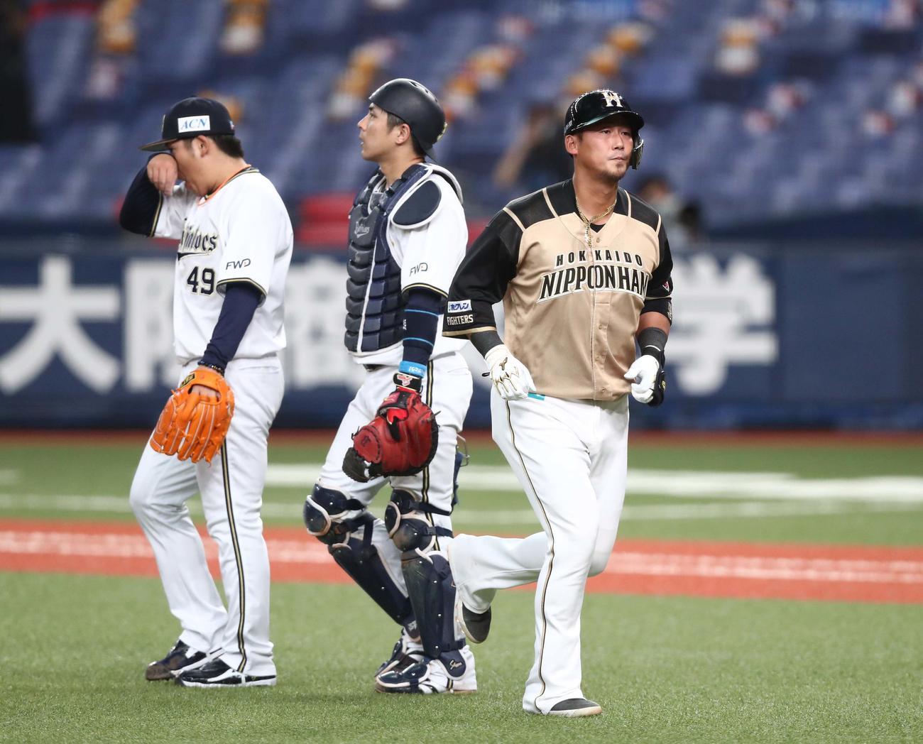 オリックス対日本ハム 9回表日本ハム2死二塁、中飛に終わり引き揚げる中田(撮影・黒川智章)