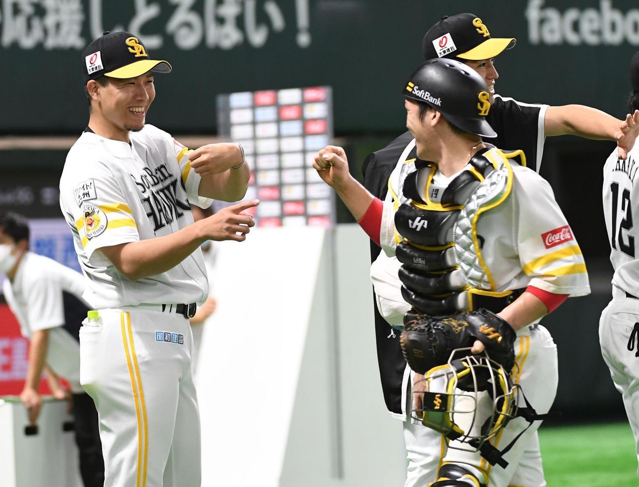 ソフトバンク対楽天 今季初勝利を挙げた千賀(左)は笑顔で捕手の甲斐を迎える(撮影・今浪浩三)