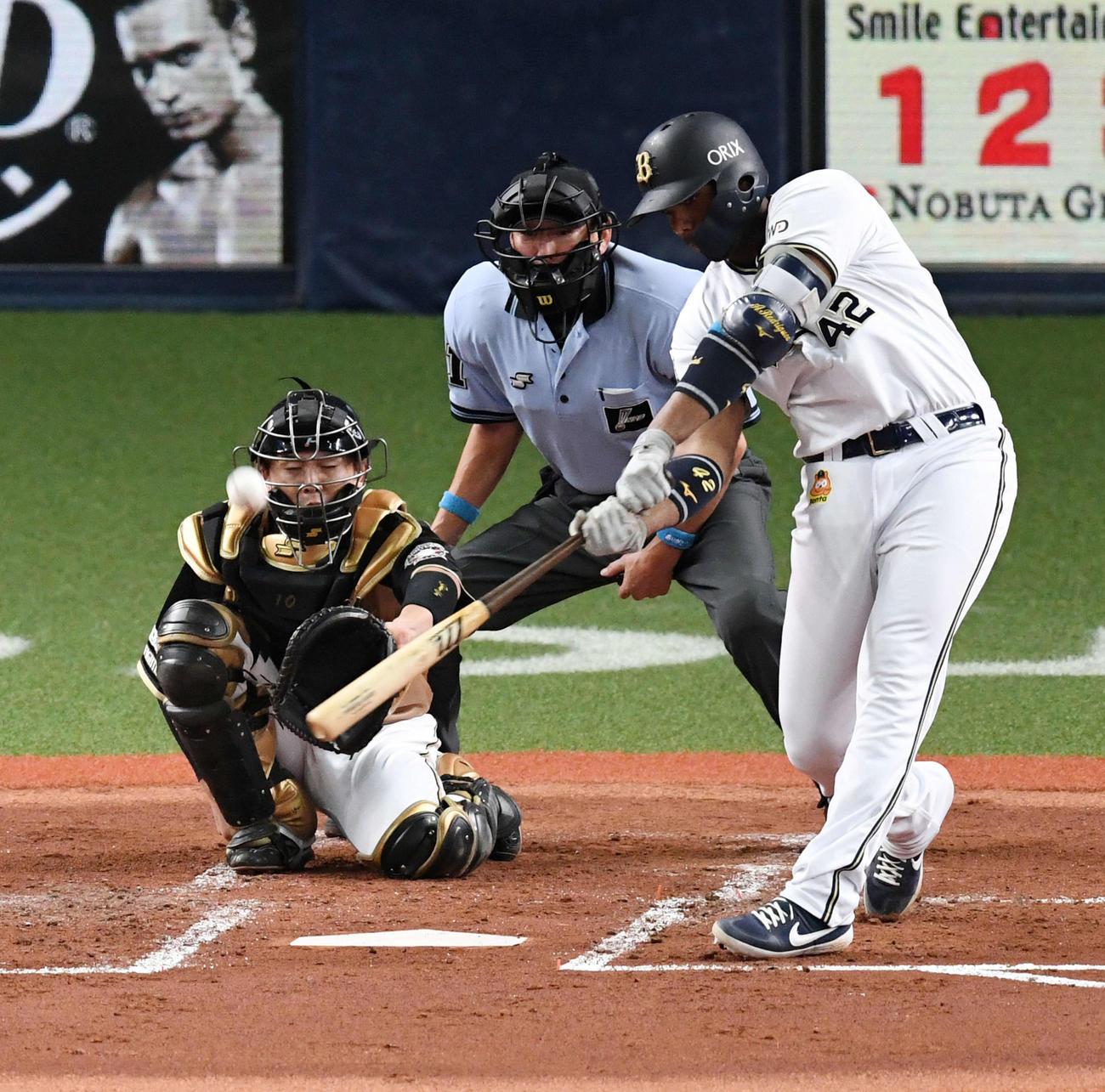 オリックス対日本ハム2回裏オリックス1死、先制本塁打を放つロドリゲス(撮影・前岡正明)