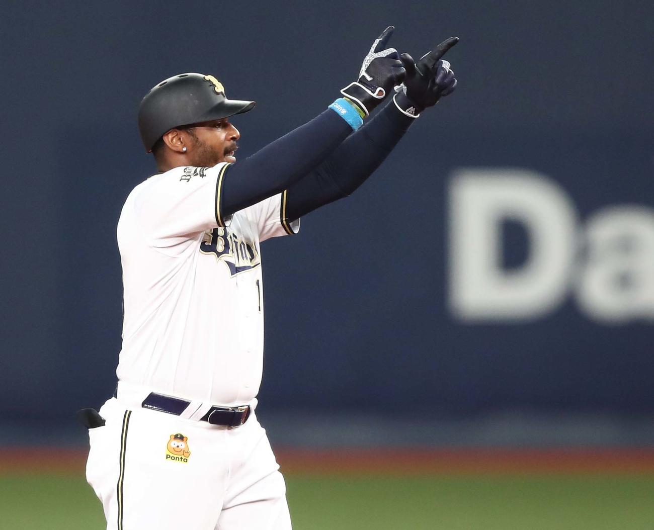 オリックス対日本ハム 3回裏オリックス2死一、三塁、中越え2点適時二塁打を放ちポーズをとるジョーンズ(撮影・黒川智章)