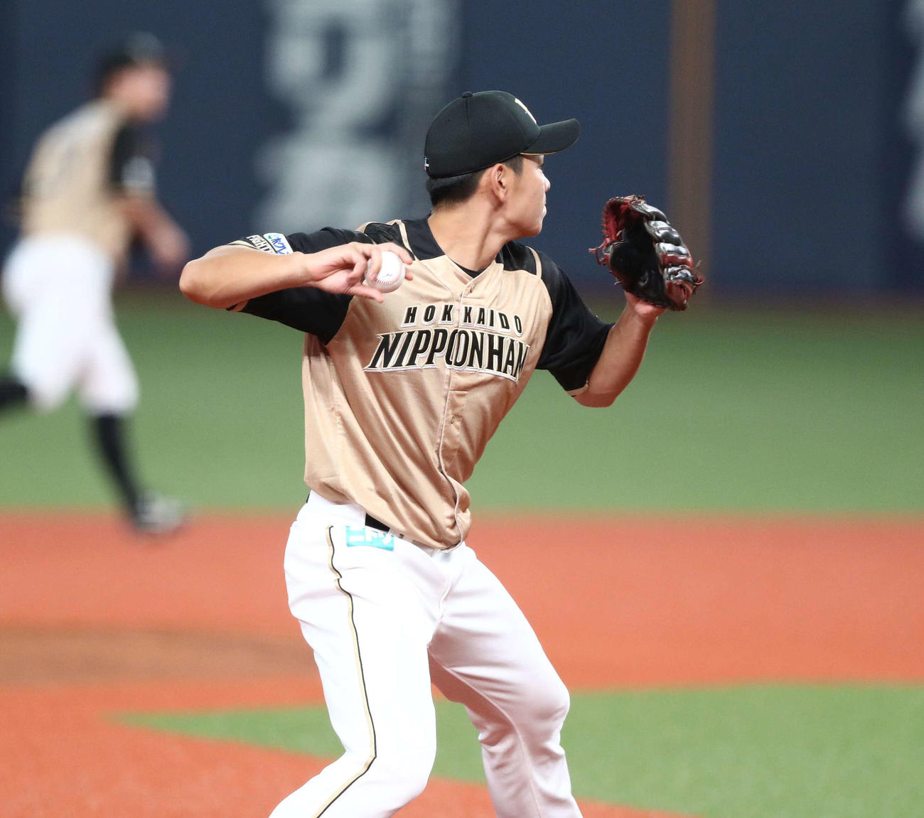 オリックス対日本ハム 4回裏オリックス無死、若月の三ゴロで一塁に送球する野村(撮影・黒川智章)