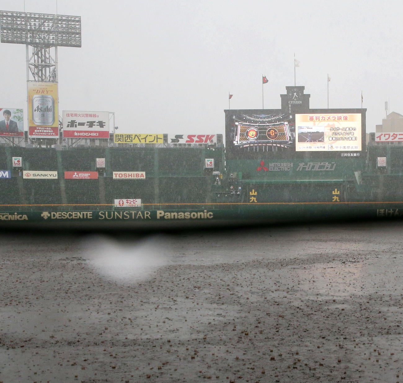 阪神対巨人 突然の雨でグラウンドが水浸しとなる甲子園球場(撮影・上山淳一)