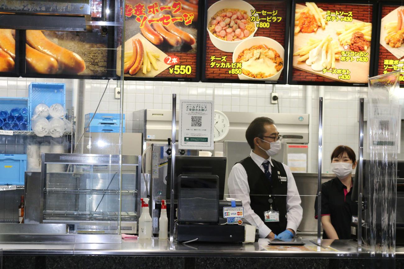 飲食店とチケット売り場等に「北海道コロナ通知システム」のQRコードを掲示。店舗はシールドで覆われ、店員はマスクと手袋を着用(撮影・中島宙恵)