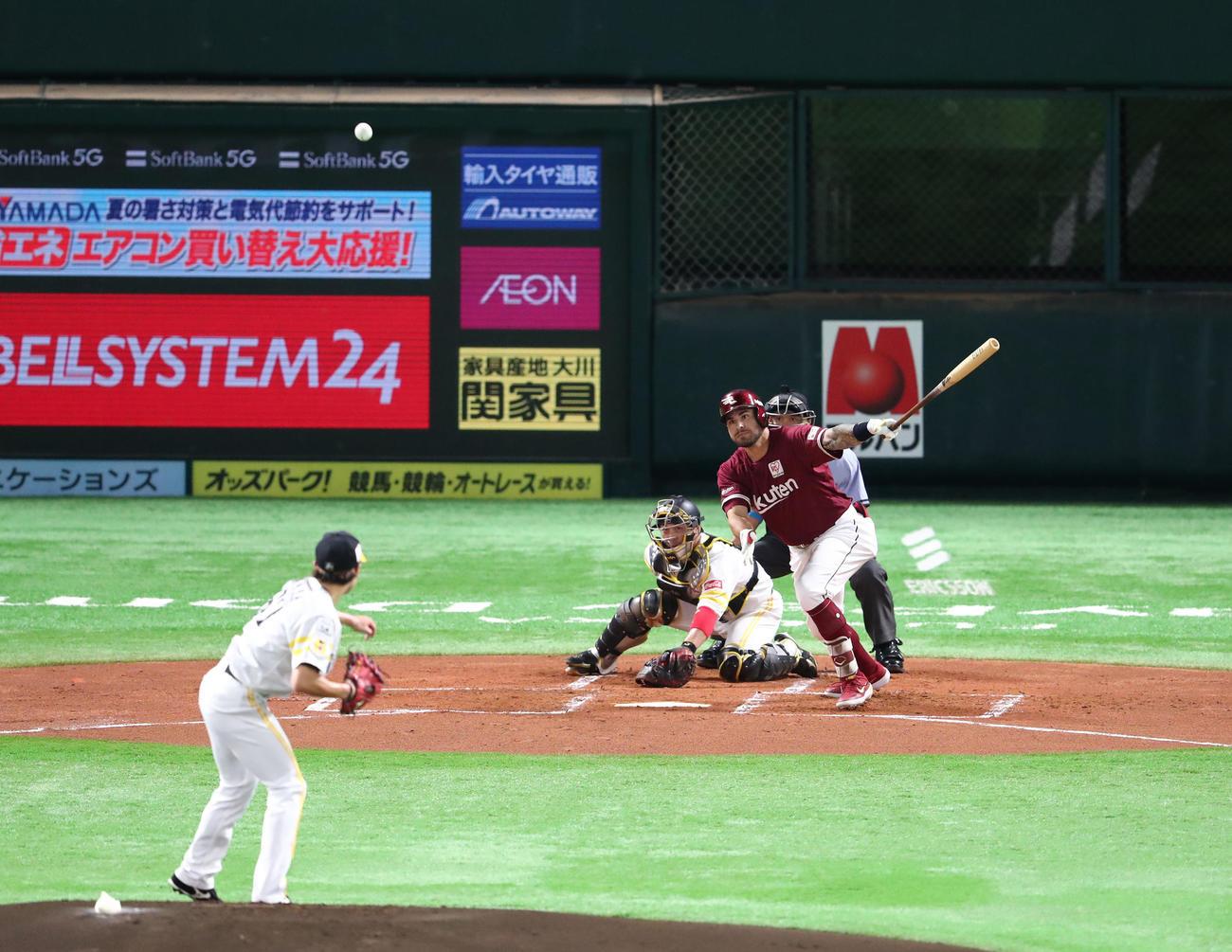 ソフトバンク対楽天 1回表楽天1死満塁、ロメロは中越えに2点適時打を放つ(撮影・梅根麻紀)