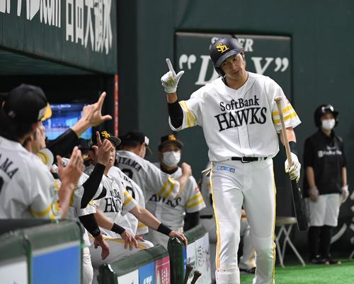 7回裏ソフトバンク無死、柳田悠岐は中越えにソロ本塁打を放ちナインに迎えられる(撮影・今浪浩三)