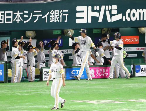 3回裏ソフトバンク1死一塁、柳田悠岐は右越えに2点本塁打を放ちベンチのナインと喜ぶ(撮影・梅根麻紀)