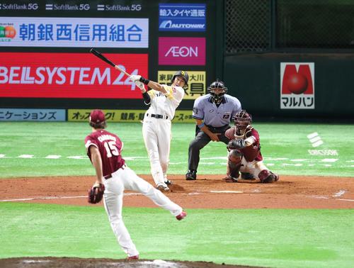 7回裏ソフトバンク無死、柳田悠岐は中越え本塁打を放つ(撮影・梅根麻紀)