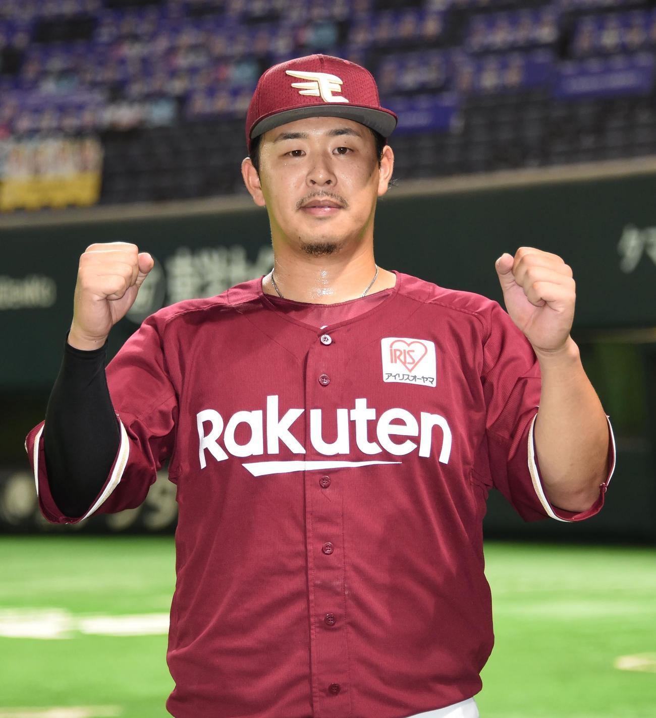 4試合連続本塁打を放った浅村栄斗はガッツポーズ(撮影・今浪浩三)