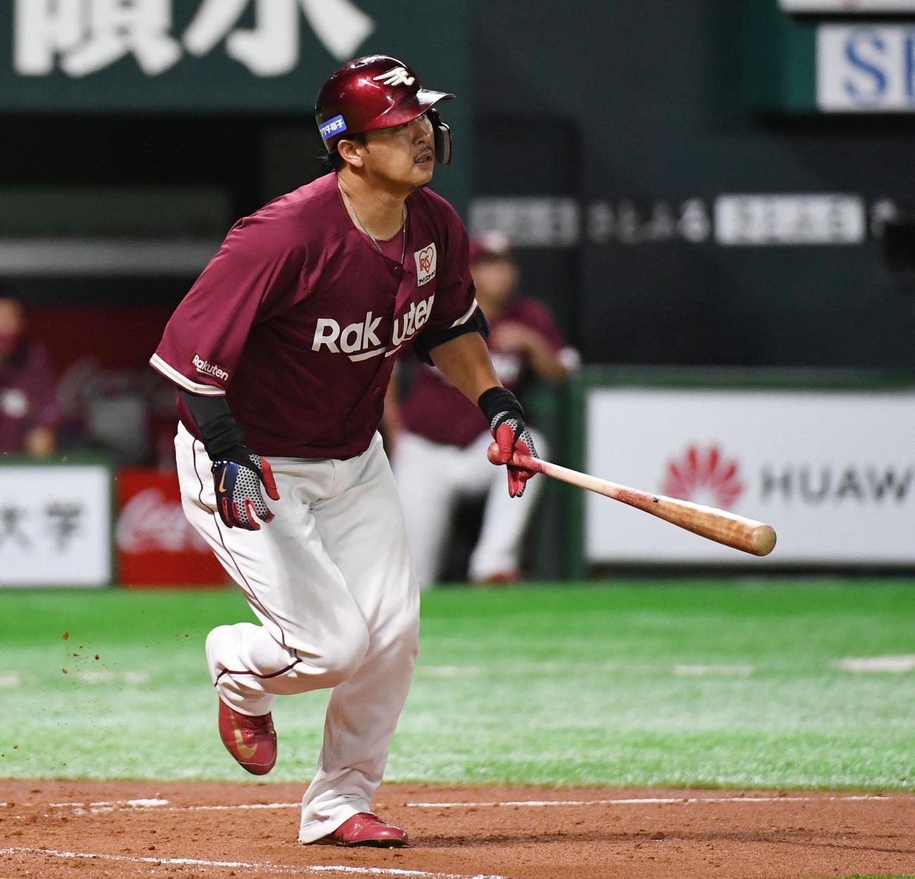 2回表楽天1死一、二塁、浅村栄斗は右越えに3点本塁打を放つ(撮影・今浪浩三)