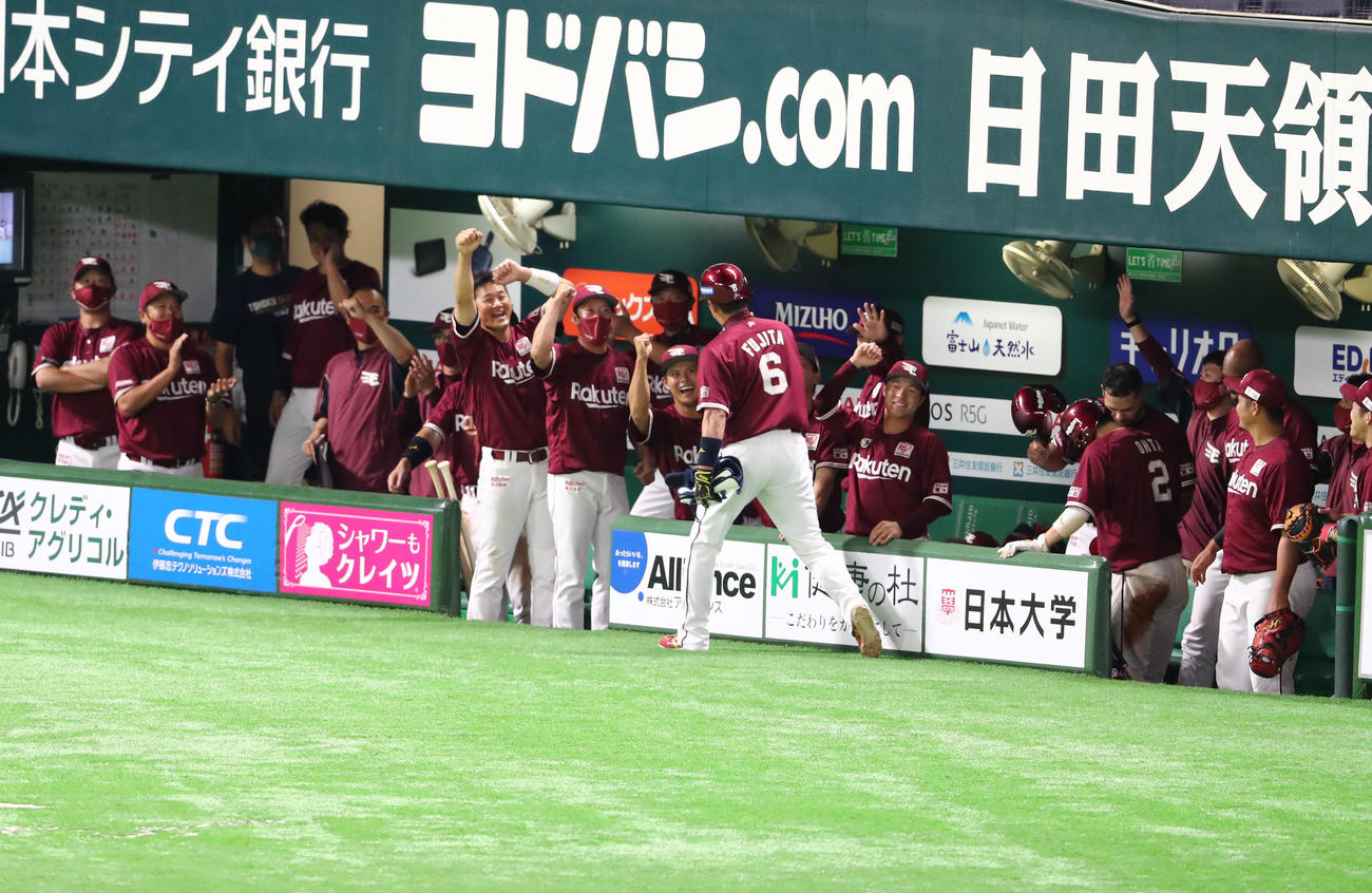 ソフトバンク対楽天 6回表楽天2死一、二塁、2点適時二塁打を放った藤田はベンチのナインに祝福を受ける(撮影・梅根麻紀)