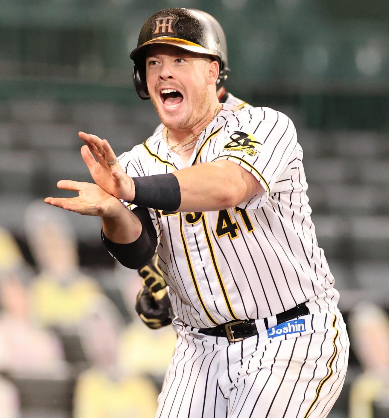 阪神対巨人 7回裏阪神無死一塁、右中間へ先制本塁打を放ち生還しポーズを決めるボーア(撮影・清水貴仁)