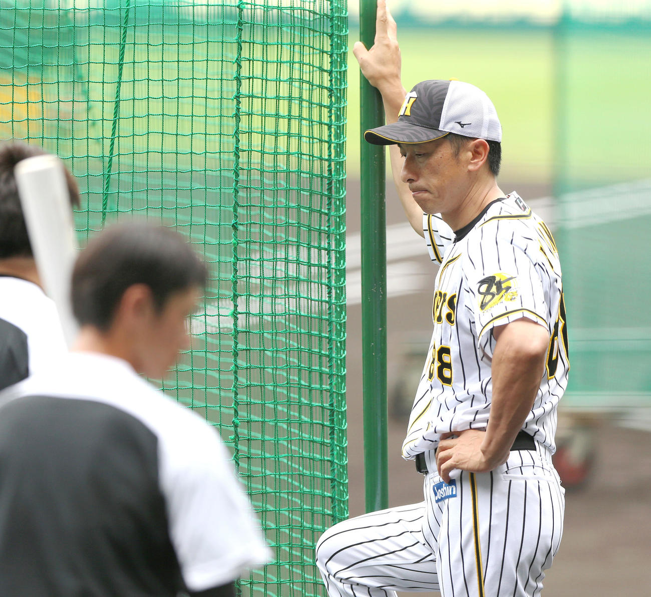 阪神対巨人 試合前の練習中、考え込む矢野監督(撮影・上山淳一)