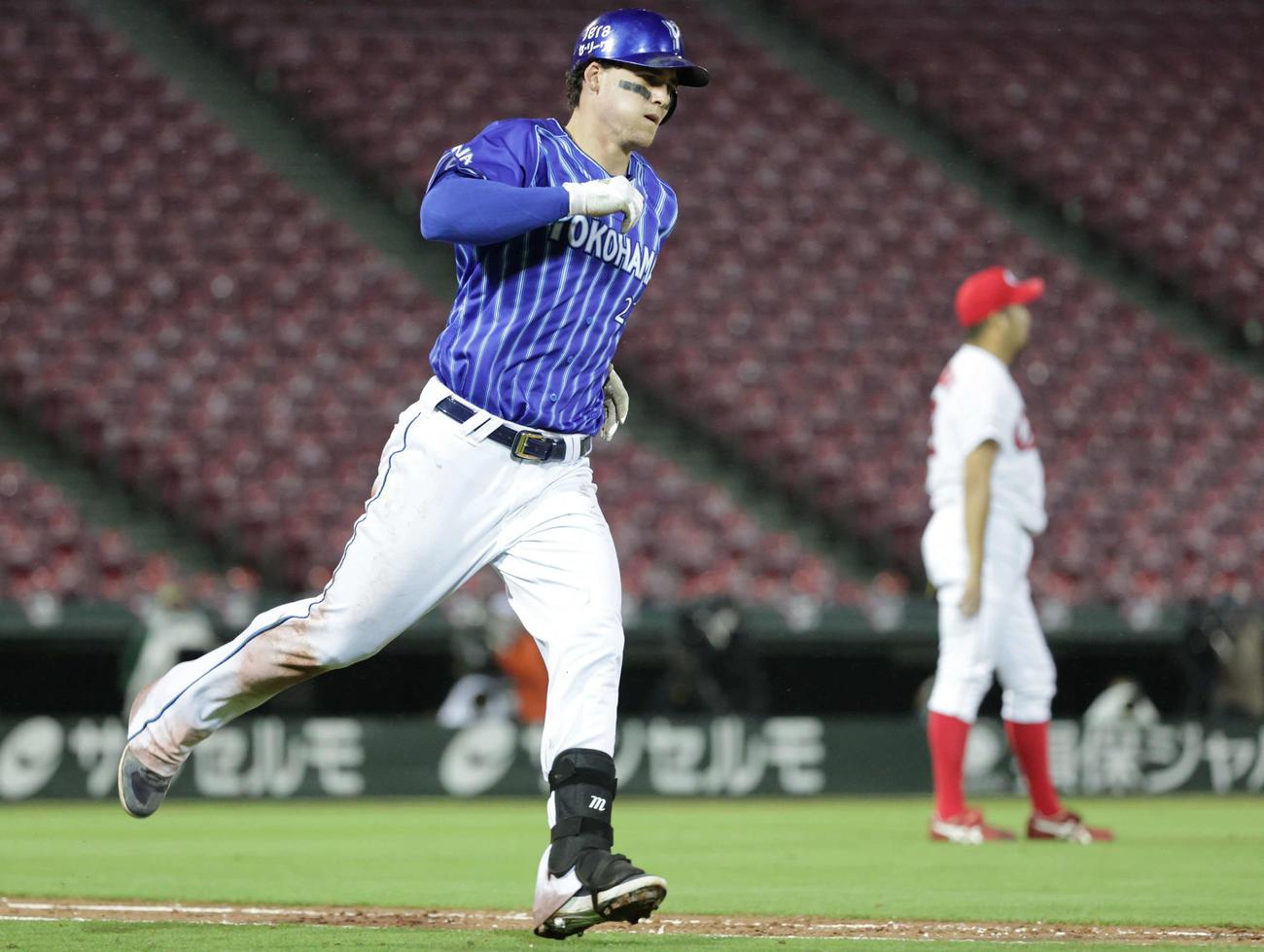 広島対DeNA 8回表DeNA1死一塁、オースティンは左越え2点本塁打ち一塁に向かう。右は打たれた中崎(撮影・加藤孝規)