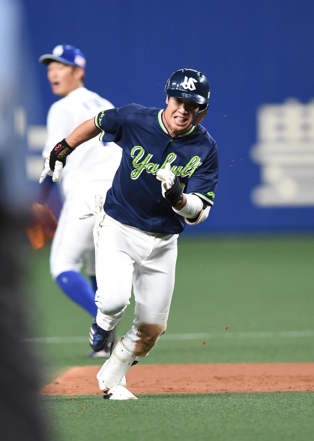 5回表ヤクルト無死一塁、中越え適時三塁打を放ち二塁を回り三塁へ向かう山田哲(撮影・森本幸一)