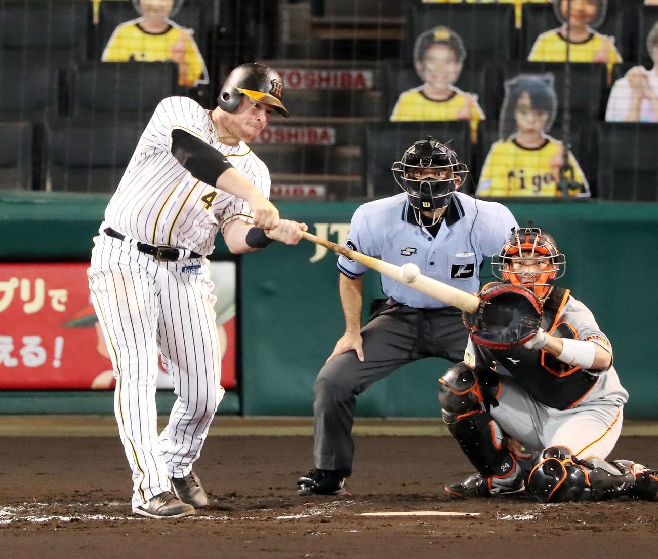 阪神対巨人 7回裏阪神無死一塁、ボーアは中越え2点本塁打を放つ(撮影・加藤哉)