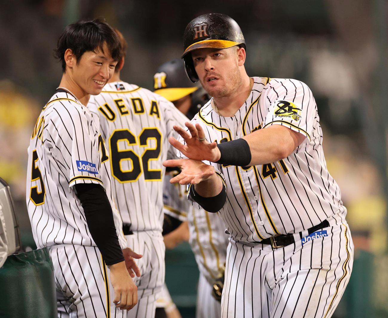 7回裏阪神無死一塁、右中間へ先制本塁打を放ち生還しポーズを決めるボーア(撮影・清水貴仁)