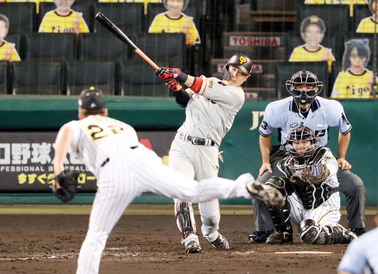 阪神対巨人 9回表巨人2死一、三塁、代打亀井は右前適時打を放ち通算1000安打を記録する(撮影・加藤哉)