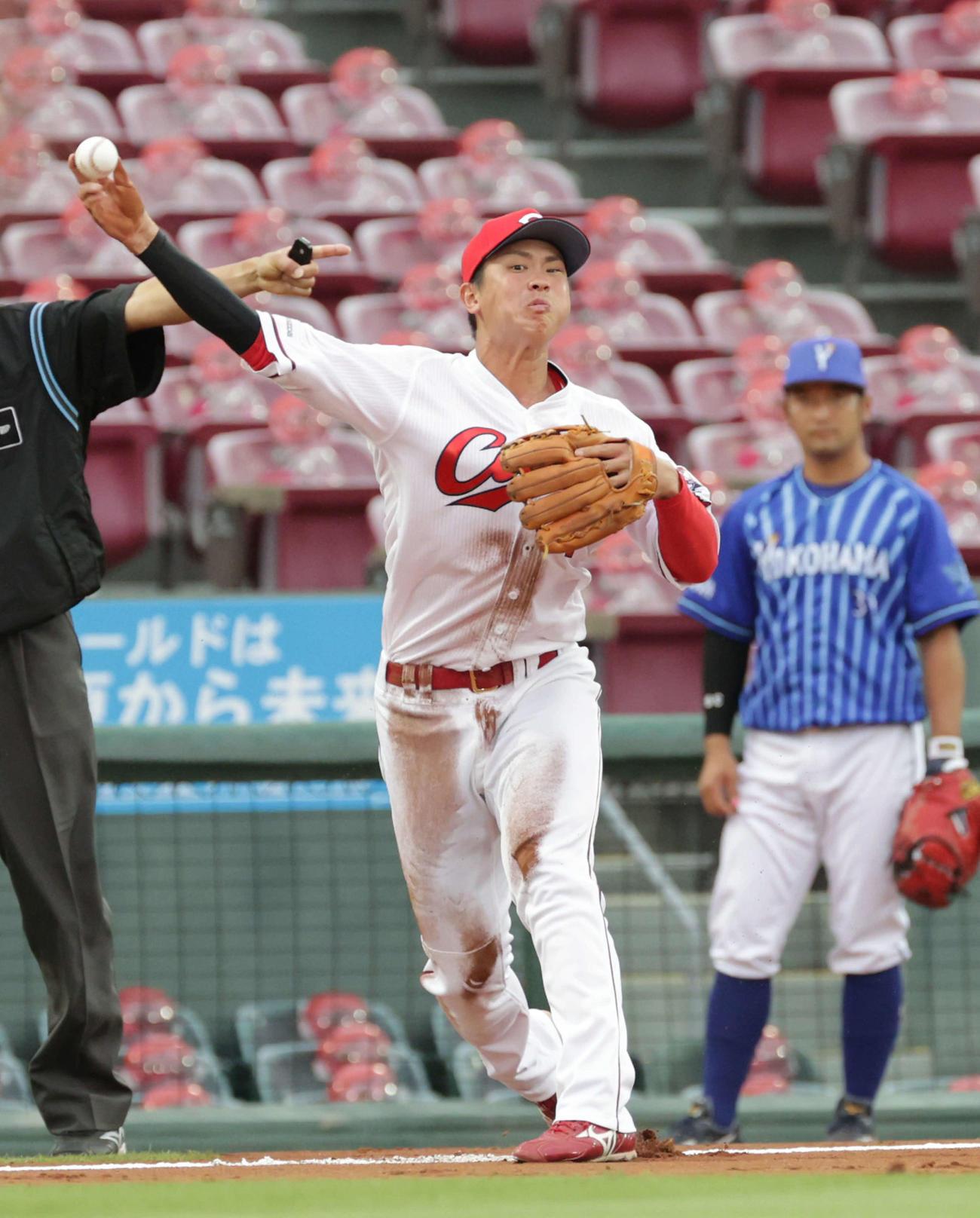 広島対DeNA5回戦 1回表DeNA2死一、三塁、宮崎の適時内野安打で堂林の送球が大きくそれる(撮影・加藤孝規)