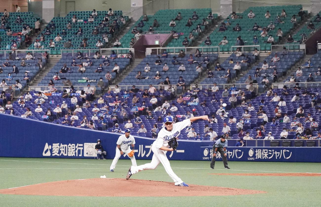 プロ野球中日対広島 3回表、観客の前で投球する中日先発の大野雄大(撮影・森本幸一)