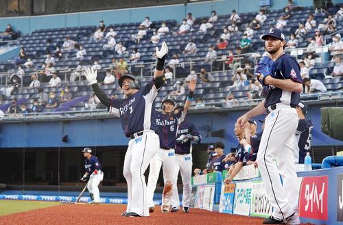 ロッテ対西武 1回表西武1死一、二塁、右越え3点本塁打を放ちどすこいポーズをする山川(撮影・横山健太)