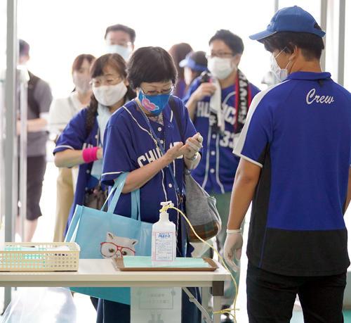 中日対広島 観客入場の際、消毒とマスク着用が注意喚起される入場ゲート(撮影・森本幸一)