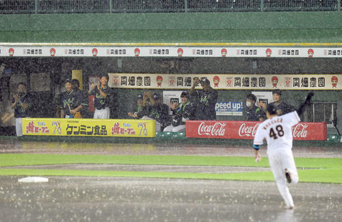 巨人対ヤクルト 雨天中止となり巨人の岸田がウィーラーのユニホームを着てものまねを披露。ヤクルトベンチも大喜び(撮影・たえ見朱実)