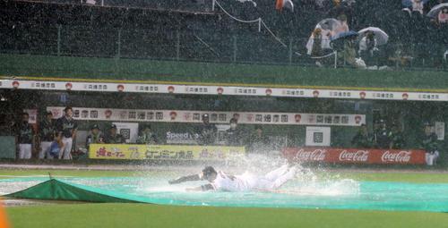 巨人対ヤクルト 試合が中止となり、ヘッドスライディングを披露する巨人岸田(撮影・河野匠)