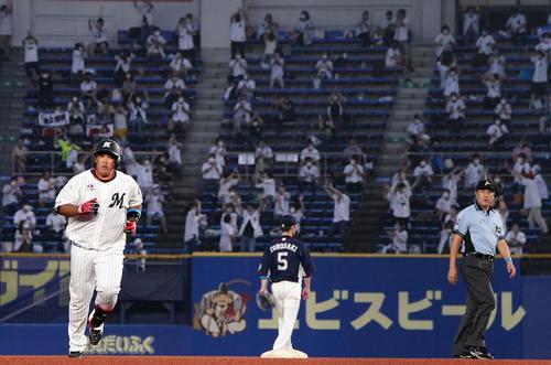 ロッテ対西武 3回裏ロッテ1死一、三塁、左越え3点本塁打を放ち二塁をまわる井上(撮影・横山健太)