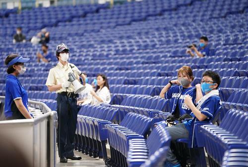 中日対広島 席に着く観客と注意喚起をするスタッフ(撮影・森本幸一)