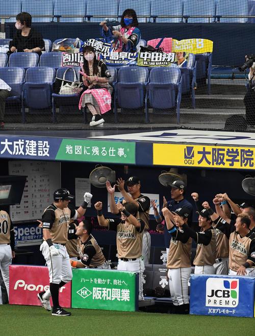 オリックス対日本ハム 6回表日本ハム1死一塁、左越え2点本塁打を放ったビヤヌエバを迎えるナインとファン(撮影・前岡正明)