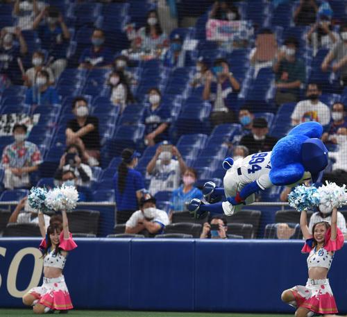 プロ野球中日対広島 7回裏中日攻撃終了、大技の後方宙返り一回ひねりを決めるドアラ(撮影・森本幸一)