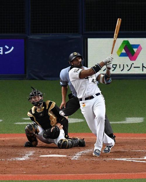 オリックス対日本ハム 9回裏オリックス2死一、二塁、ロドリゲスは左越えサヨナラ3点本塁打を放つ(撮影・前岡正明)