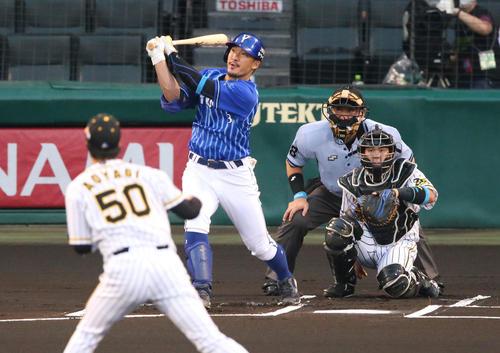 阪神対DeNA 1回表DeNA無死、梶谷は先頭打者右越え本塁打を放つ(撮影・上山淳一)